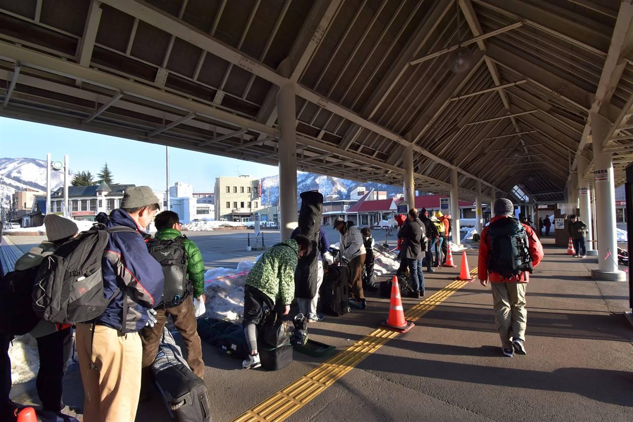 越後湯沢駅 バス停の行列