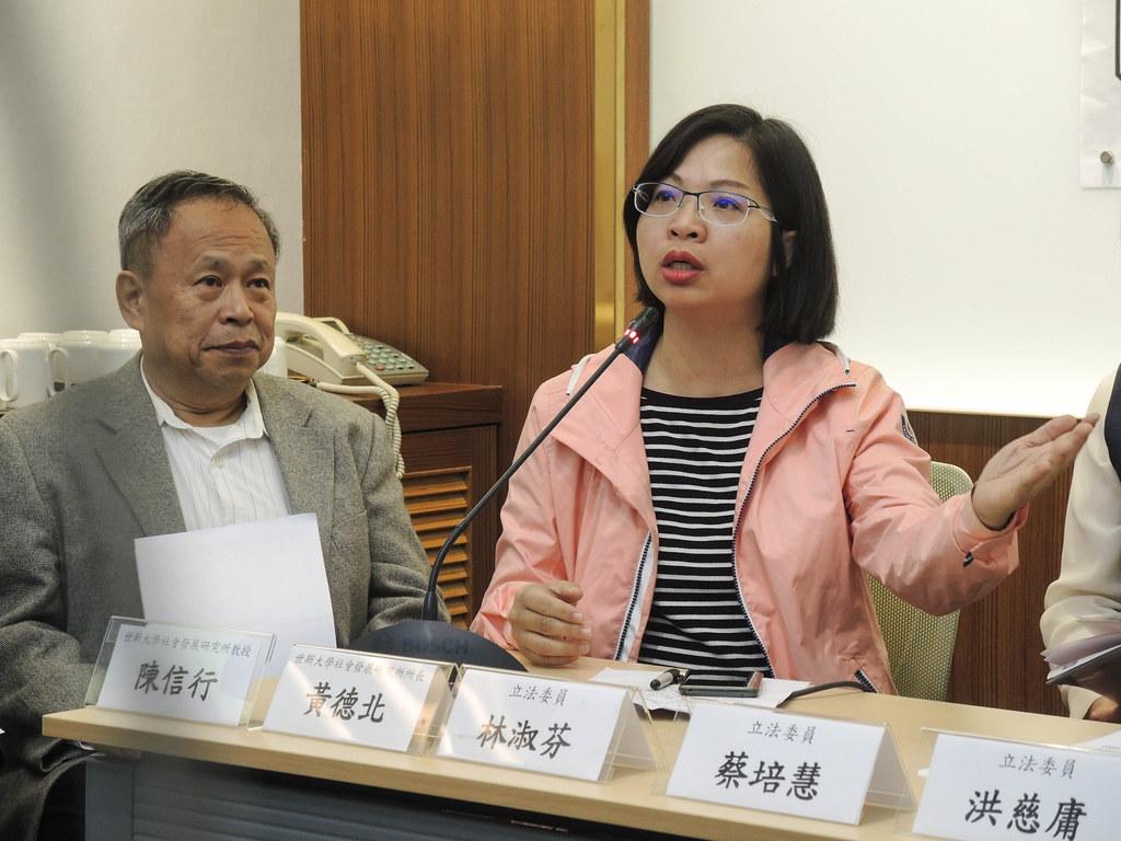 林淑芬在記者會上質疑世新校長吳永乾的發言是羞辱校友和世新大學。(社會發展研究所反對停招小組提供)