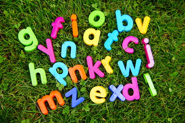Buchstaben auf Wiese