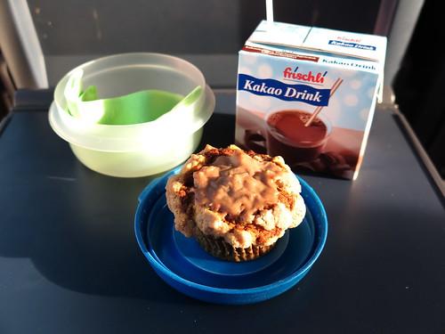 Apfel-Kürbis-Muffin mit Kaffee als Frühstück im Zug