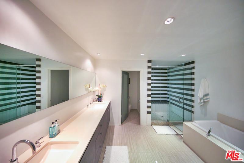 Красивая ванная комнате в голливудском доме