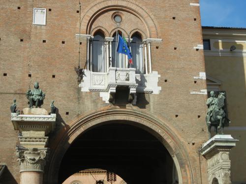 DSCN3747 _ Statue of Duca Borso d'Este (l) and Marchese Niccolo III d'Este (r), Palazzo Municipale, Ferrara, 17 October