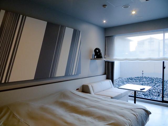 名和晃平コンセプトルーム 全体を灰色にしてシックにまとめているが、ところどころに、名和の小作品が飾られおり、効果的な演出がなされている。青森ヒバのバスタブなども設置されており、抑制的ながらリッチでリラックスできる空間。