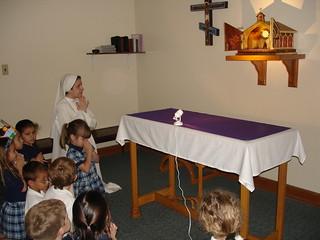 Hermana Clare rezando con niñas