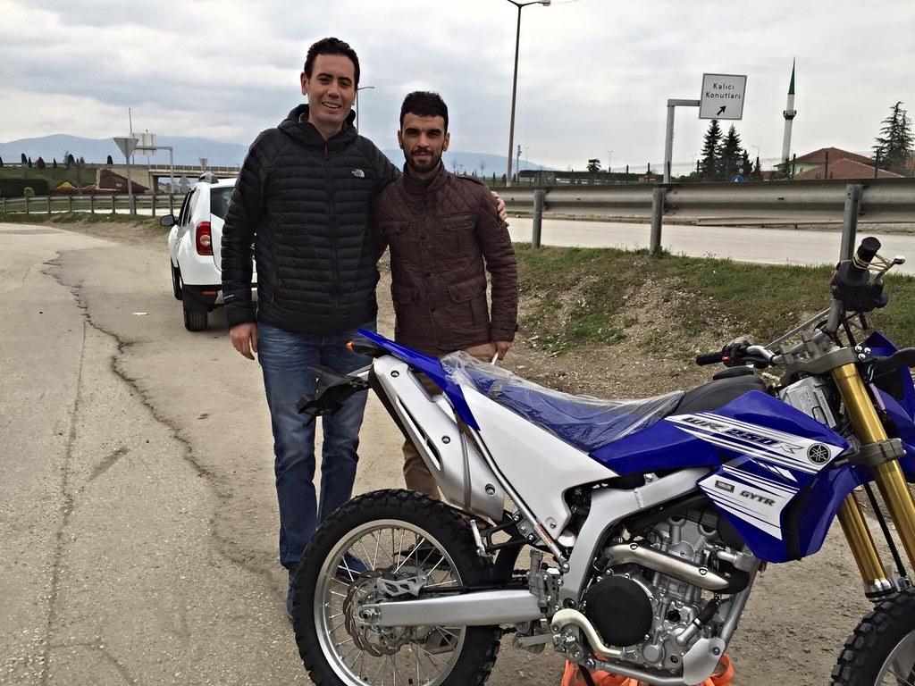 今年初在阿克亞澤(Akyazı)購買Yamaha WR250重型機車時,剛好巧遇世界冠軍Kenan Sofuoğlu