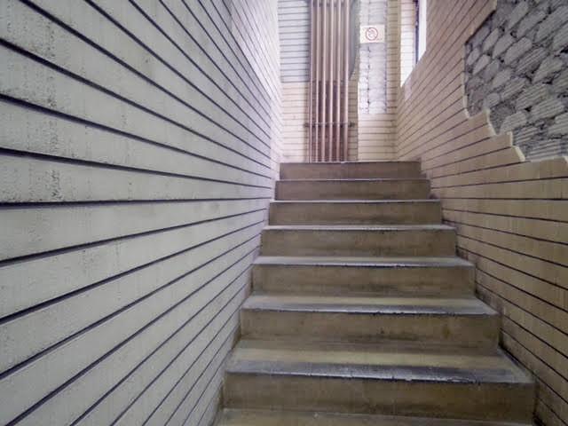 旧明治屋栄ビルの階段  この階段を上って2F3Fへと作品展示が続きます