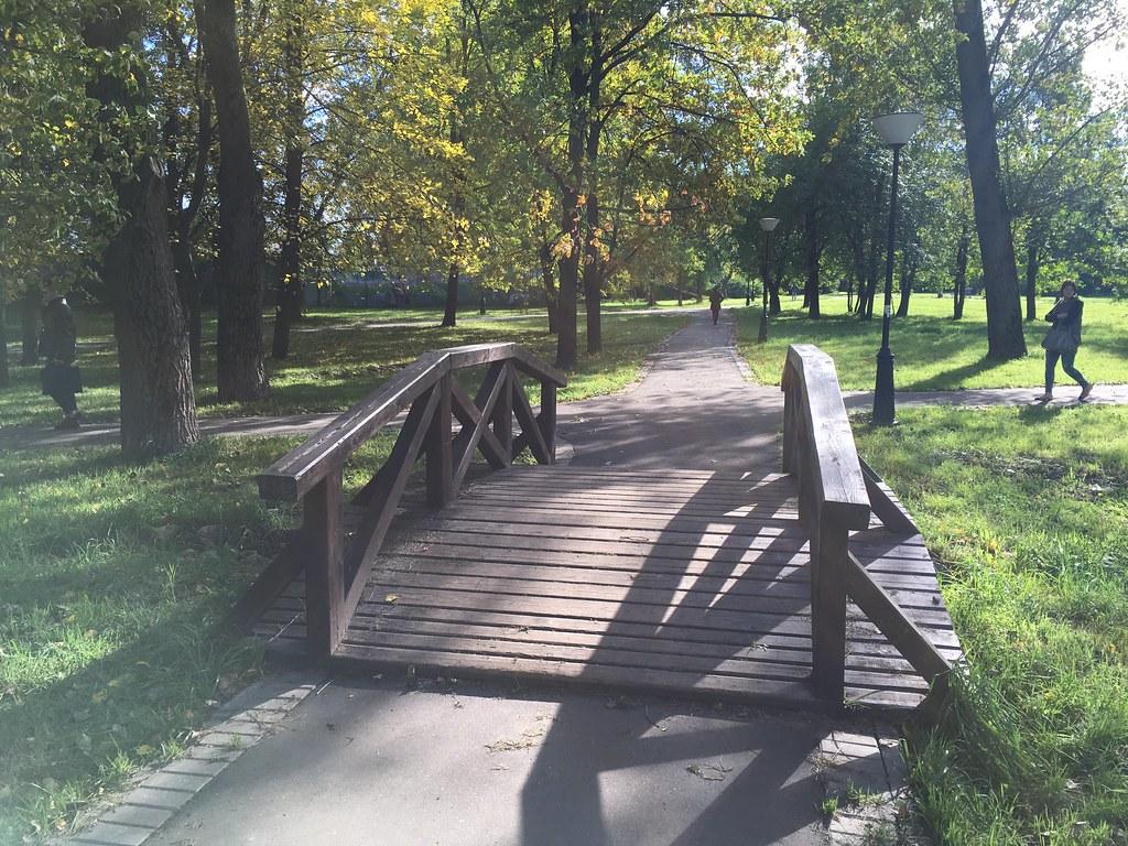 Налево на мостик