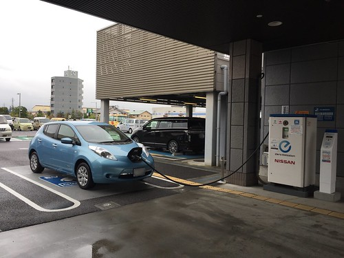 福島日産 郡山店で充電中の日産リーフ