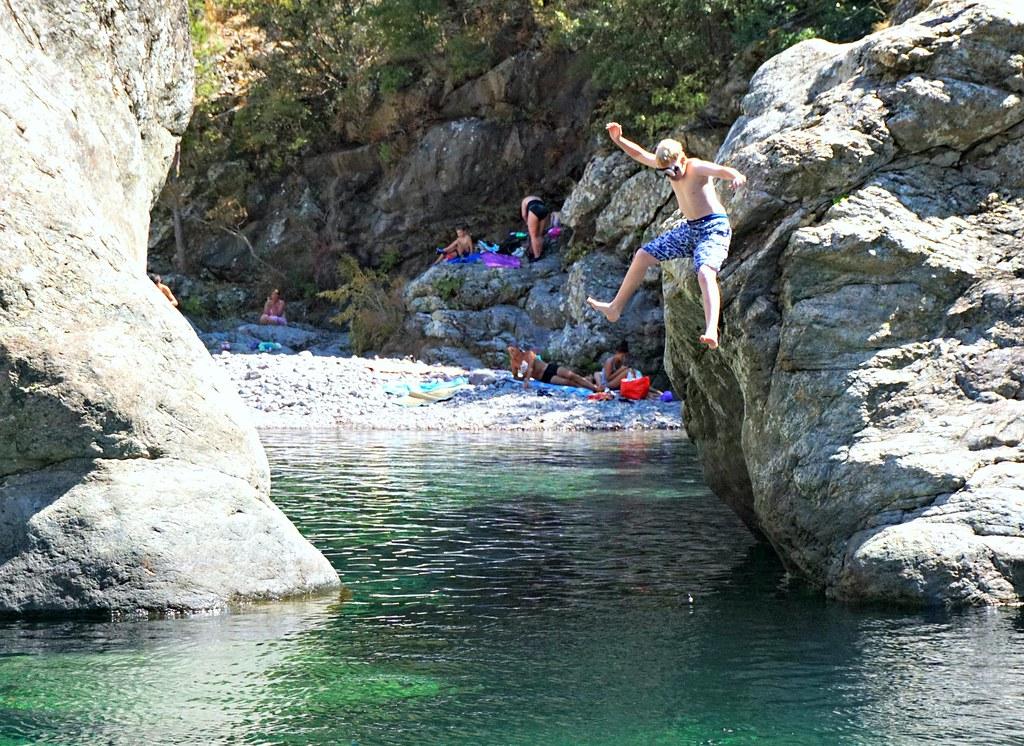 Hyppy kalliolta veteen