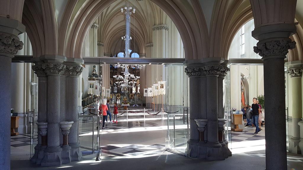 Внутри Храм святых Ольги и Елизаветы