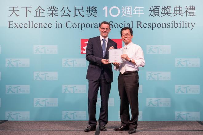 台灣賓士總裁邁爾肯(左)自行政院環境保護署署長李應元(右)手中接下外商組第四名獎座,為汽車產業中唯一登上前五名的品牌