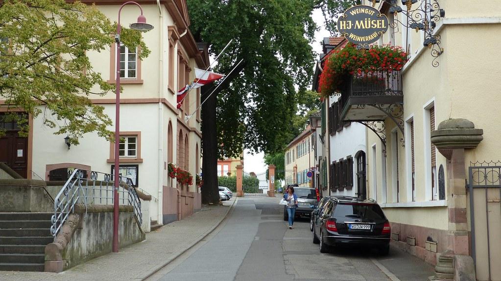 Herrnsheimer Hauptstraße, kurz vor dem Schloss