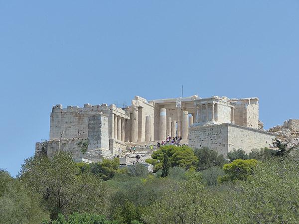 porte ouest de l'Acropole vue d'en bas