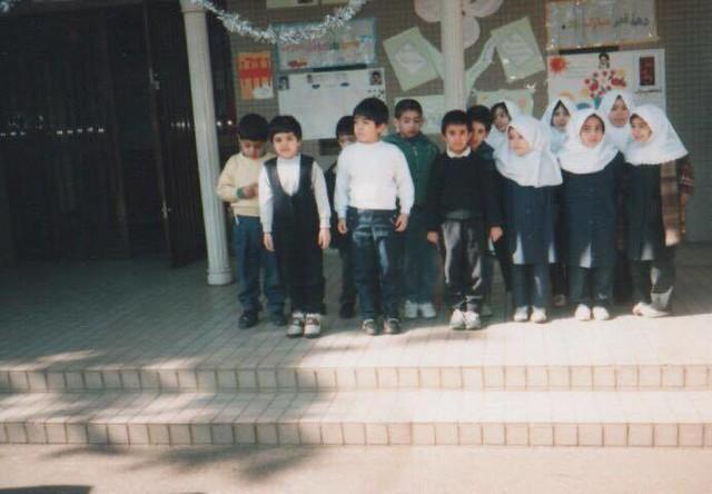 在日イラン人学校1年生のクラス(1995年) 撮影:教師  女子が被っている白い布はマグナエと呼ばれるヒジャブです。マグナエはすっぽりと被ってしまうので動きやすいことから、学校の制服やOLの制服として活用されています。ちなみに、白やピンクといった明るい色のマグナエは主に小学生や看護師が被り、中学生以上になると主に紺色や黒色といった落ちついた色のマグナエを被ります。
