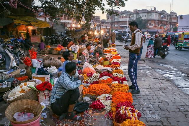 Street flower vendors, Jaipur, India ジャイプール、お供え用の花?の露店たち