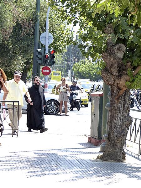 pope devant le musée de l'Art Cycladique