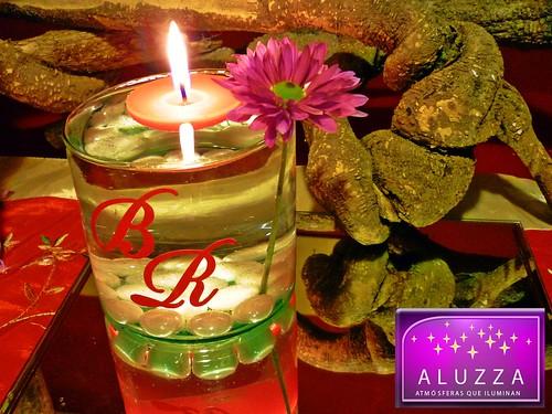 Cilindro de cristal con velas flotantes e iniciales for Decoracion de velas
