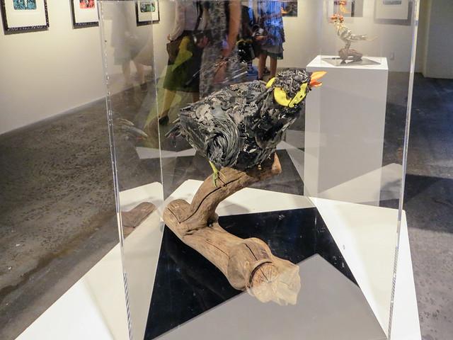 淀川テクニック《九官鳥 No.1》2015 淀川河川敷のゴミや不用品などを集めてオブジェを作ることで知られる淀川テクニックの立体小作品。「瀬戸内国際芸術祭」で制作した作品《宇野のチヌ》など、巨大作品が有名であるが、小作品によって精巧な技術があることがわかる。