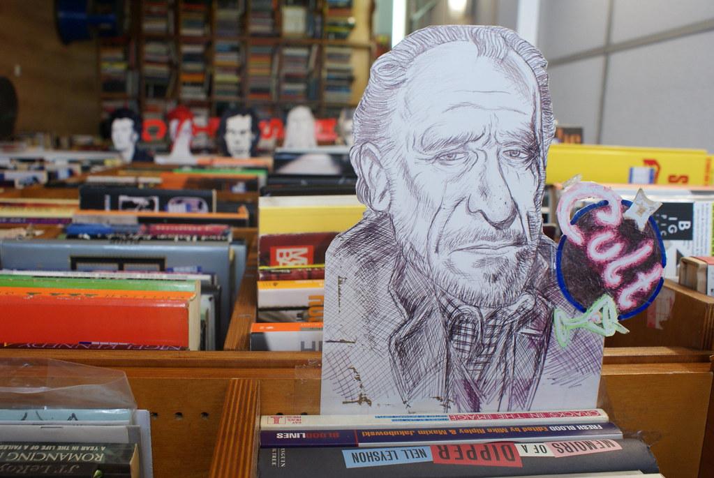 Bukowski pour indiquer les livres cultes, la classe. A la librairie Notting Hill Exchange books à Londres.