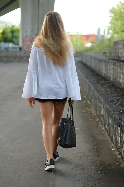 off-shoulder-and-sneakers-whole-look-back-wmbg