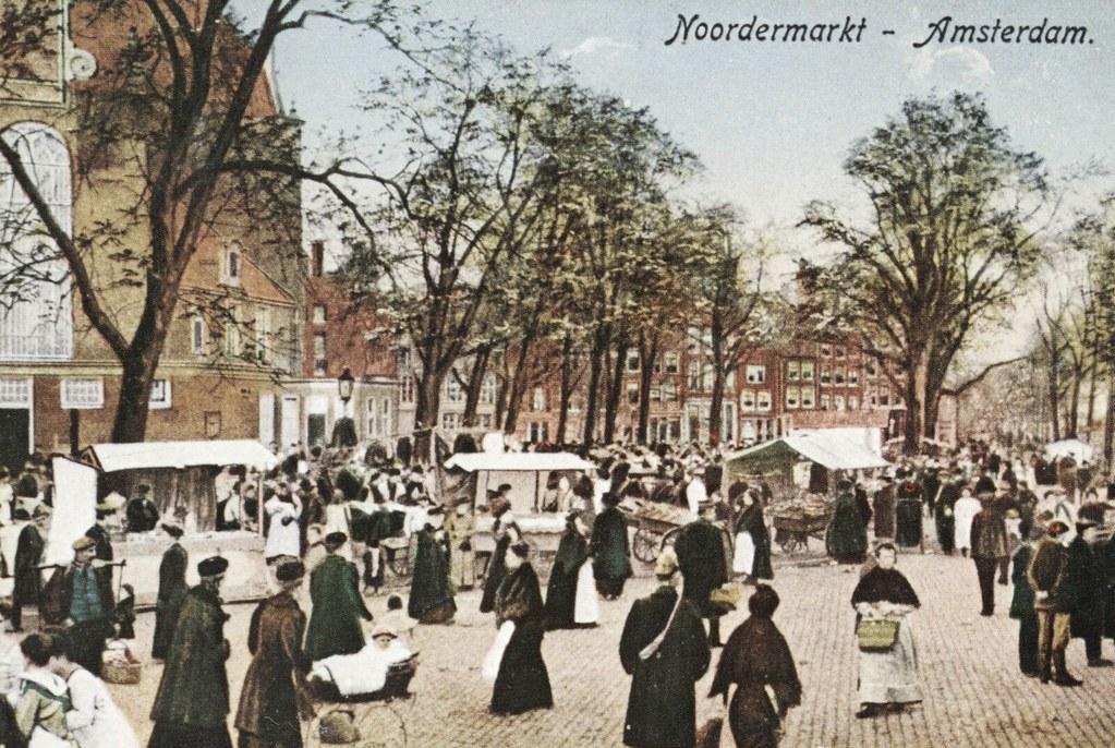 Marché au nord du quartier de Jordaan devant l'église Noorderkerk à Amsterdam vers 1900.