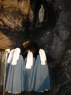 Belmonte - Marzo - Lourdes 2 - Hermanas en la gruta