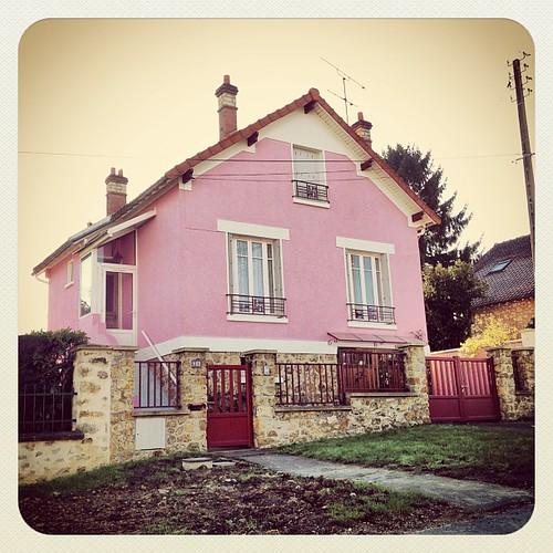 La maison rose pink house urban architecture color r for Maison atypique essonne