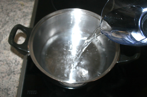 44 - Wasser in Topf erhitzen / Bring water to boil
