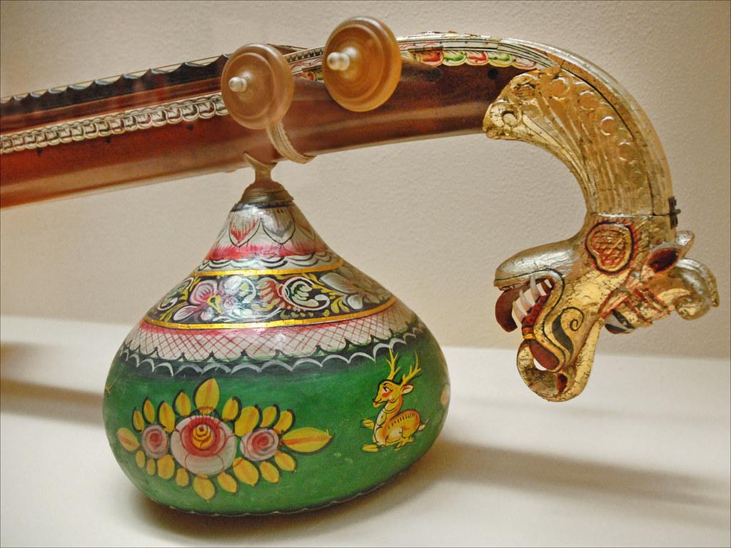 Détail d'une Veena de Saraswati    Instrument à cordes (Inde du sud). La divinité des rivières à l'époque védique, Srī Sarasvatī est la Déesse de la Connaissance, de la Parole, de la Sagesse et des Arts.