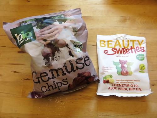 Rote Bete Chips (von bioZENTRALE) und vegane Saure Katzen (von BeautySweeties)