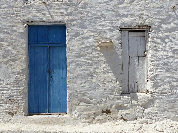 Porte bleue et volet blanc