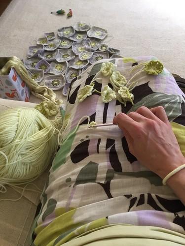 werk aan de winkel: armbandje en vossenblik. Shirt en zijde geel geverfd met rietpluimen.
