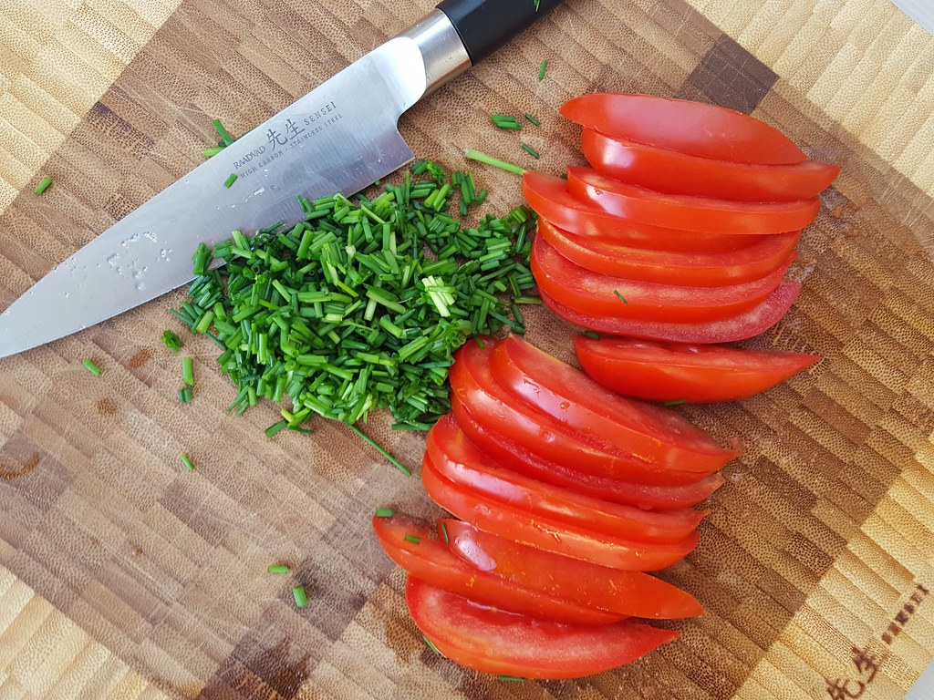 Recipe for Homemade Tomato and Chives Omelet
