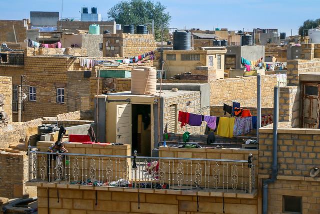 "Colorful laundry in the ""Golden City"", Jaisalmer, India ジャイサルメール、黄色い砂岩作りの家並みとカラフルな洗濯物"