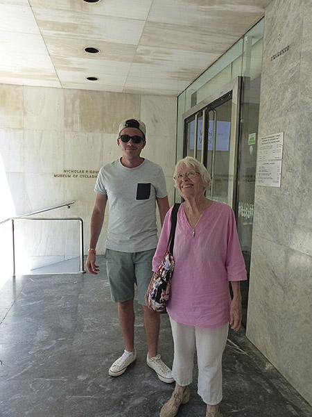 lala et clem devant le musée d'art cycladique