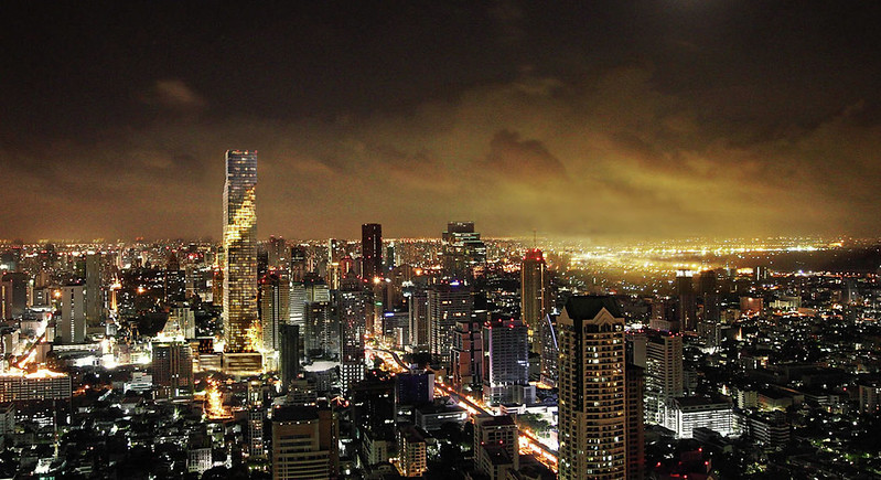 MahaNakhon Tower. Фото небоскреба ночью