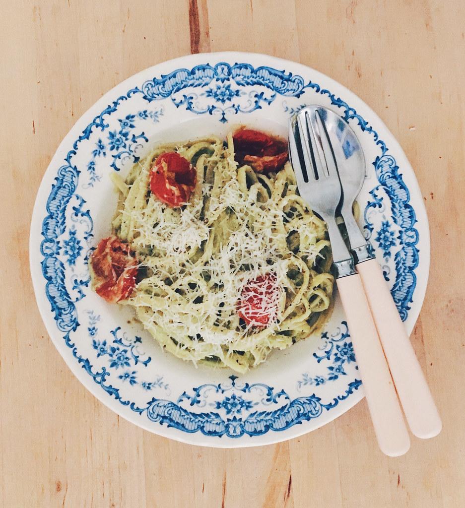 Pasta med rostade tomater, avokadokräm & parmesan