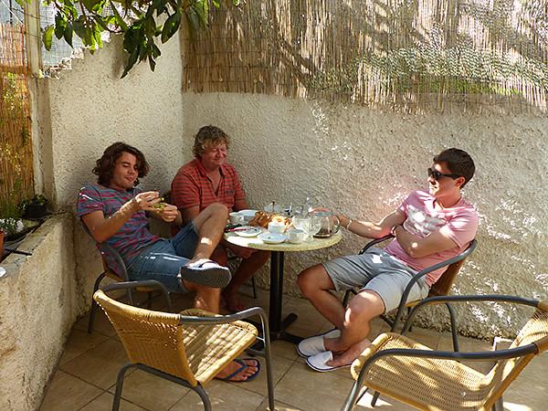 les trois garçons au petit déjeuner