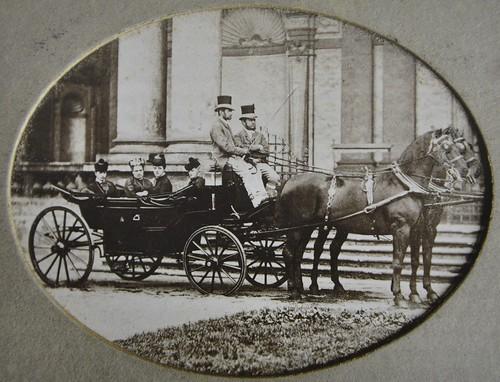 Valdštejnský palác, kočár před salou terrenou , kolem 1900