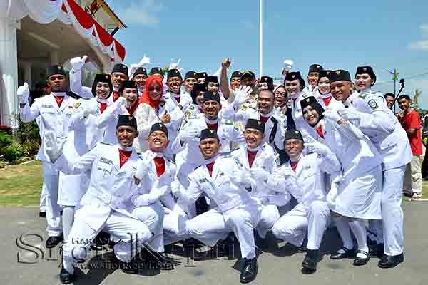 Ekspresi kebahagiaan anggota Paskibraka Kepri 2016 usai mengibarkan bendera.