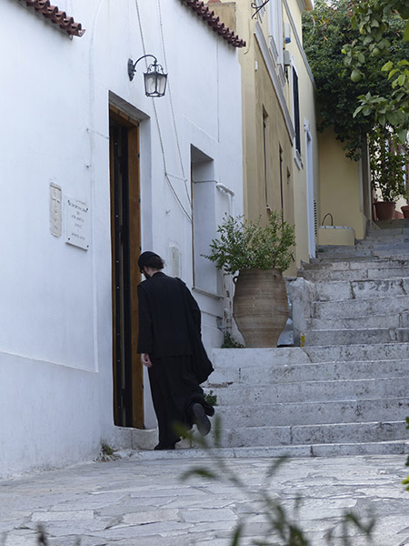 le pope rentre dans l'église