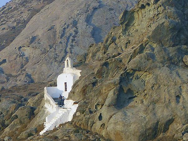 Petite église sur la colline d'en face