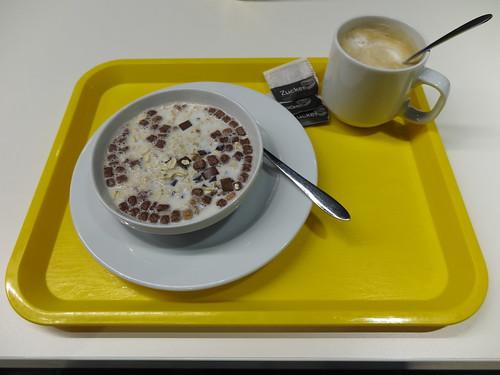 Schokomüsli mit heißer Milch und Milchkaffee (vom Frühstücksbuffet im Ibis budget in Flensburg)