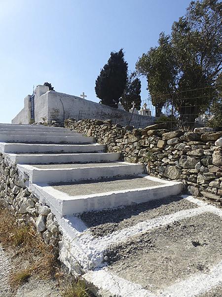 escaliers jusqu'au petit cimetière