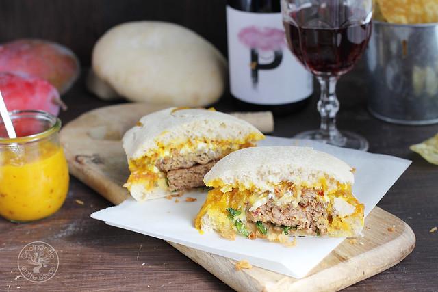 Hamburguesa de cordero con queso de cabra y salsa de mango for Cocinar con mango