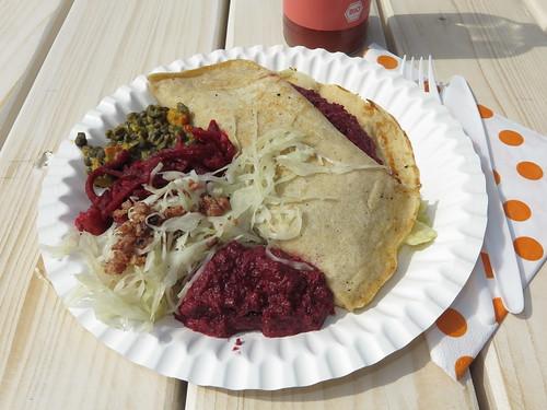 Buchweizen-Pfannekuchen mit einer herzhaften Gemüsecreme und Rote Bete Pesto gefüllt und dazu schwarze Linsen Ragout, Kraut mit Speck und Rote Bete Salat