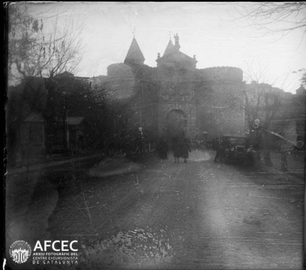 Puerta de Bisagra en 1929. Fotografía de Óscar Torras i Buxeda © Centre Excursionista de Catalunya