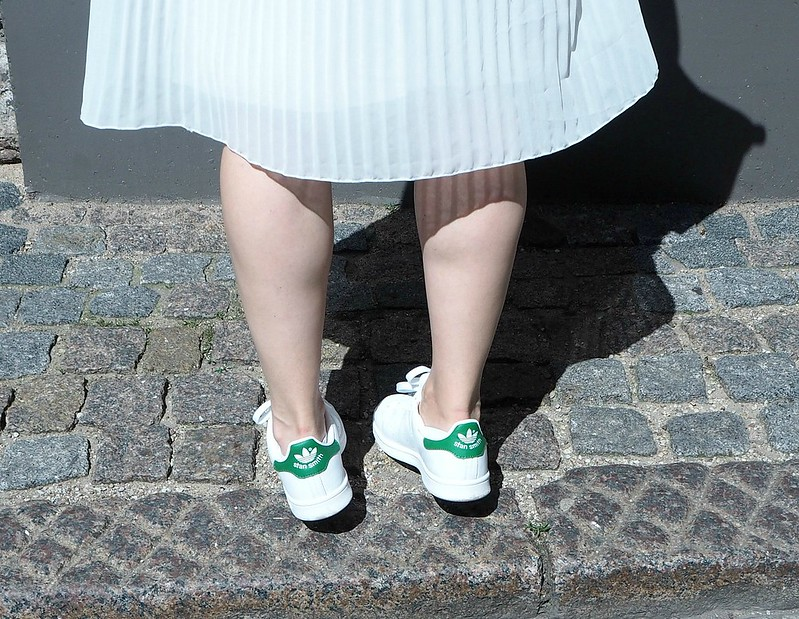 skirtstansmithsneakersP6247236midiskirtoutfitP6247251, white pleated midi skirt, valkoinen vekkihame, skirt, hame, white, valkoinen, outfit, asu, riika, riga, fashion, muoti, zara, stan smith originals, adidas, gina tricot top, rebecca minkoff bag, blond hair, adidas, stan smith, tennarit, sneakers, green stan smith, vihreät tennarit, stan smith originals,