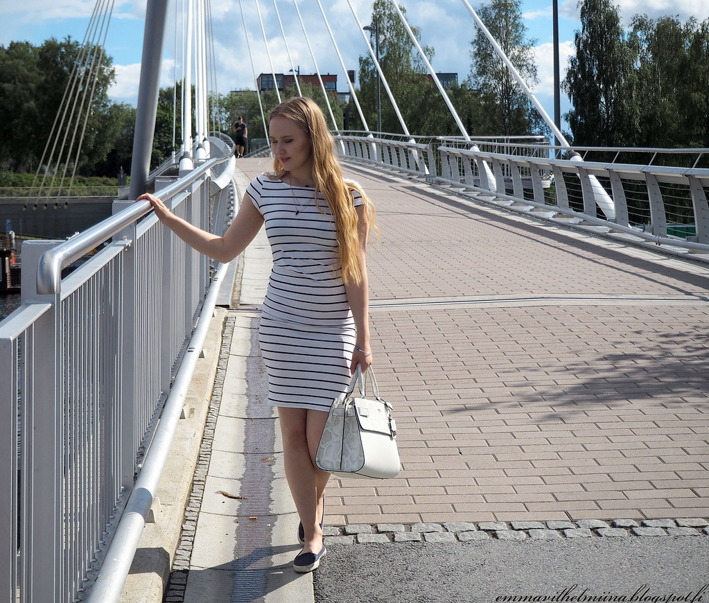 Guess white bag and striped dress