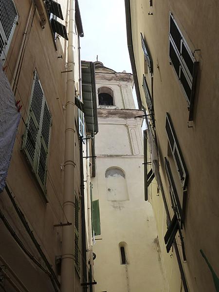 église au fond de la ruelle de bordighera